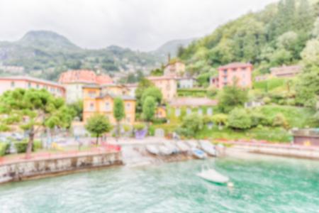 Fond défocalisé du pittoresque village de Varenna sur le lac de Côme, en Italie. Post-production intentionnellement floue pour l'effet bokeh