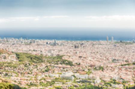 Fond défocalisé avec vue aérienne panoramique de la montagne Tibidabo sur la ville de Barcelone, Catalogne, Espagne. Post-production intentionnellement floue pour l'effet bokeh