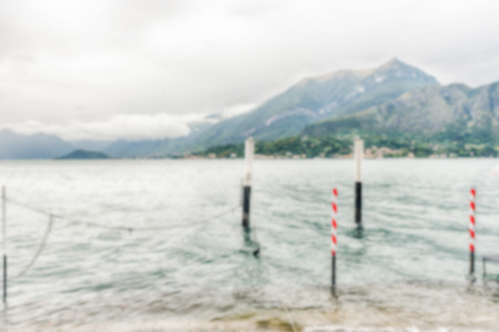Fond défocalisé avec paysage pittoresque sur le lac de Côme, vu de la ville de Bellagio, en Italie. Post-production intentionnellement floue pour l'effet bokeh Banque d'images
