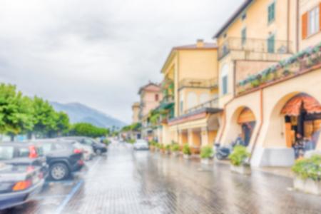 Fond défocalisé avec la ville de Bellagio, Italie. Post-production intentionnellement floue pour l'effet bokeh