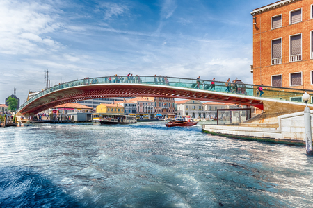 VENICE, ITALY - APRIL 29: Tourists walking on the controversial Constitution Bridge in Venice, Italy on April 29, 2018. Designed by the starchitect Santiago Calatrava, the bridge opend in 2008 新闻类图片