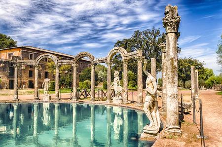 Het oude zwembad genaamd Canopus, omgeven door Griekse sculpturen in Villa Adriana (Villa van Hadrianus), Tivoli, Italië