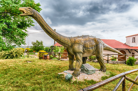 SAN MARCO IN LAMIS, ITALY - JUNE 9: Saltasaurus dinosaur, featured in the Dino Park in San Marco in Lamis, small town in southern Italy, June 9, 2018 新聞圖片