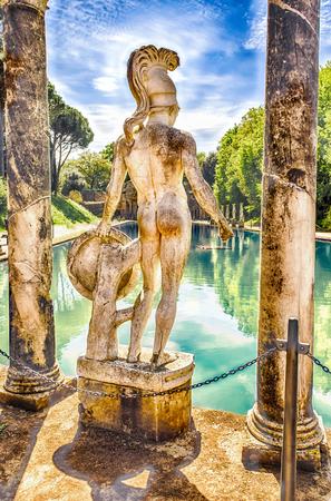Greek Statue of Ares overlooking the ancient pool called Canopus, inside Villa Adriana (Hadrians Villa), Tivoli, Italy Stockfoto