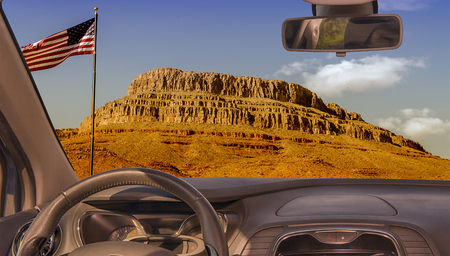 Looking through a car windshield with view of Spirit Mountain iconic place in Grand Canyon, Arizona, USA Redactioneel