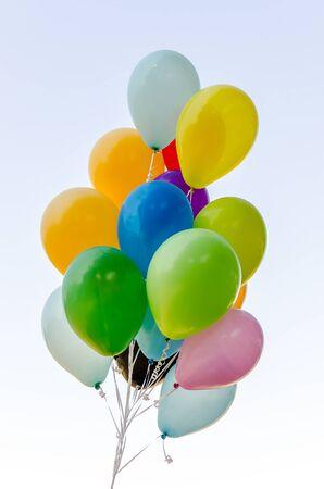 Bouquet coloré de ballons à l'hélium isolé sur fond