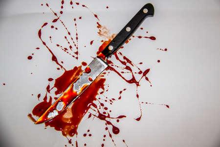Une éclaboussure de sang. Le couteau avec du sang.