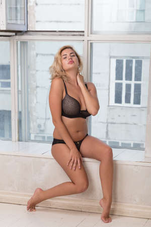 sexualidad: Beautiful curvy blond female model with athletic body in lingerie
