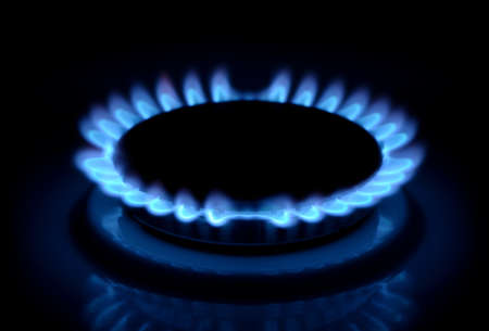 llamas de fuego: llamas de la estufa de gas en la oscuridad