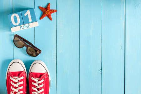 1. Juni. Bild von Juni 1 Holz Farbkalender auf blauem Hintergrund. Erster Sommertag. Leer Platz für Text. Alles Gute zum Kindertag. Standard-Bild