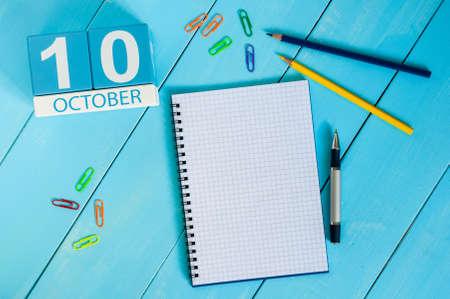10 月 10 日。10 月 10 日の画像青の背景に木製カラーのカレンダー。秋の日。本文の空白。