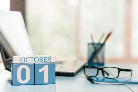 1. Oktober. 1. Tag des Monats, Kalender auf Lehrer Arbeitsplatz Hintergrund. Standard-Bild