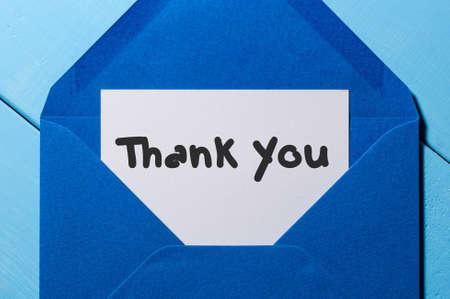 Brief met de woorden danken u op blauwe envelop.