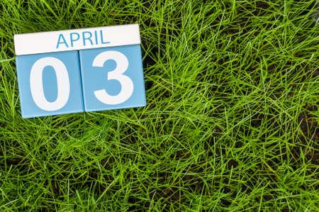 3 april. Dag 3 van de maand, kalender op voetbal groene gras achtergrond. Lentetijd, lege ruimte voor tekst.