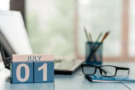 7 月 1 日. 月 1、職場の背景に木製カラーのカレンダーの日。