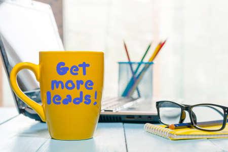 Haal meer leads motivatie uitdrukking op geel kopje koffie 's ochtends of thee op kantoor werkplek kronkelen. Met lege ruimte voor tekst. Stockfoto - 65375646