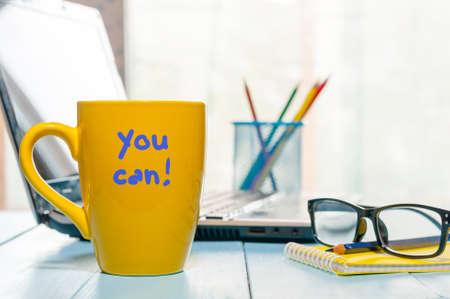 비즈니스 사무실 배경에서 노란색 아침 커피 컵에 작성 된 비문 동기 부여 할 수 있습니다. 영감 개념입니다.