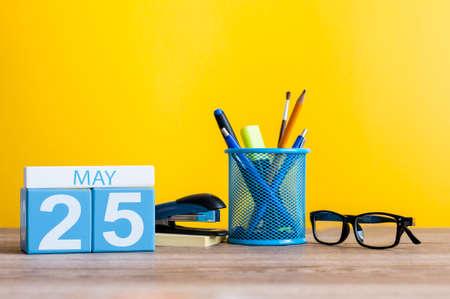 25 mei. Dag 25 van maand, kalender op bedrijfsbureaulijst, werkplaats bij gele achtergrond. Lente tijd. International Missing Children Day. Wereld Schildklier DAG Stockfoto