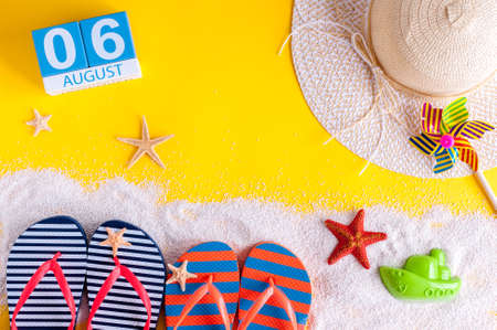 calendario julio: August 6th. Image of august 6 calendar with summer beach accessories and traveler outfit on background. Summer day, Vacation concept.
