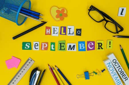 calendario octubre: Hola texto de septiembre en fondo amarillo claro con suplies de la escuela. Volver al concepto de tiempo de escuela