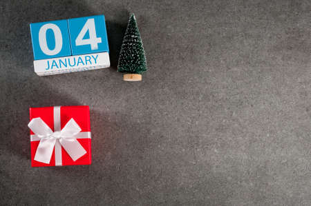 January 4th. Image 4 day of January month, calendar with x-mas gift and christmas tree. New year background with empty space for text, mockup Banco de Imagens