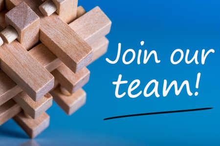 私たちのチームに参加 - マクロビューの脳の体操の近くに青い背景でメッセージ。採用と新しい仕事の概念 写真素材
