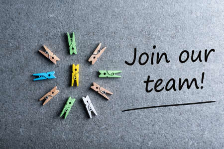 Verbinden Sie unser Team Hintergrund mit Sprechblasen und weißen Stiften . Einstellung und neues Job-Konzept Standard-Bild