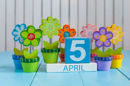 April 5th. Image of april 5 wooden color calendar on white background with flower. Spring day, empty space for text Banque d'images