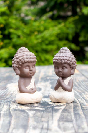 Baby Budda Statues, Teacher or master and apprentice. Two little monks. Meditation and zen, relaxation concept. Stockfoto