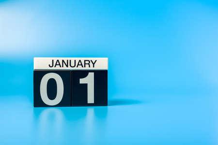 Nouvel An. 1er janvier. Jour 1 du mois de décembre, calendrier sur fond bleu. Heure d'hiver