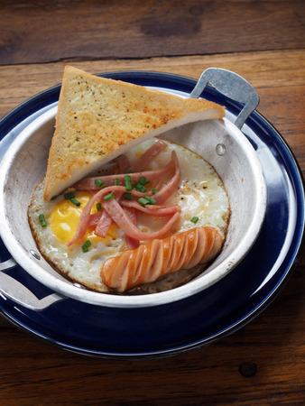 sunny side: Sunny Side Up with sausage ham and garlic bread