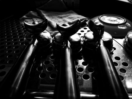 hot temper: Portafiler en la máquina de café expreso Foto de archivo