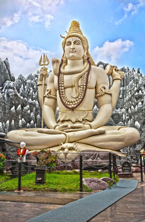 seigneur: Statue de Shiva Big assis en lotus avec trident dans sa main et cobra pr�s par. Bangalore (Inde). Banque d'images