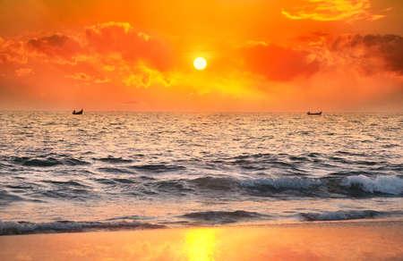 fischerei: Zwei Boote Fischer den Fang von Fischen im Meer bei Sonnenuntergang dramatische Himmel Hintergrund in Kerala, Indien Lizenzfreie Bilder