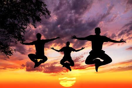 dhyana: Tre sagome uomini facendo yoga padmasana loto nel salto con all'aperto albero vicino a sfondo tramonto