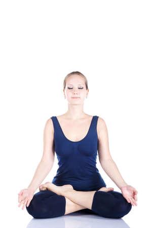 dhyana: Yoga loto da una bellissima giovane donna caucasica in blu