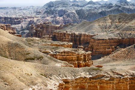 Charyn gran cañón en Kazajstán. Hermosa vista de los acantilados de piedra caliza de color rojo amarillo