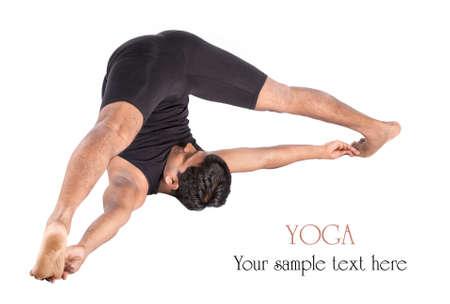 beine spreizen: Yoga Supta Konasana, Variation der Halasana Pflug von indischen Mann im schwarzen Tuch auf weißem Hintergrund. Freier Raum für Text und können als Vorlage für die Web-Site verwendet werden