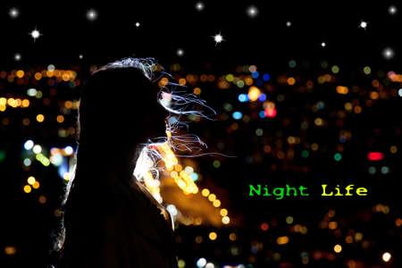 Retrato de mujer en silueta con el pelo ondeando en la brisa de la noche en el fondo de la ciudad. Espacio libre para su texto