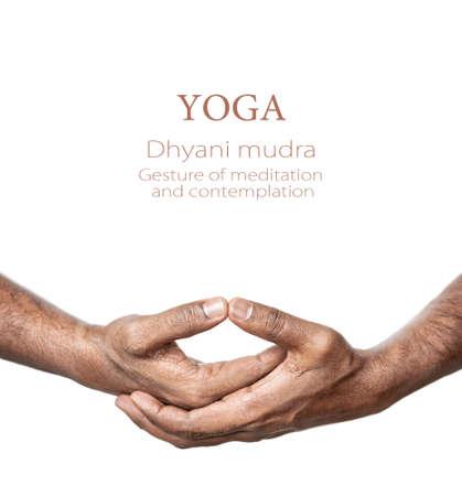 dhyana: Mani in Dhyani mudra da parte dell'uomo indiano isolato a sfondo bianco. Gesto di meditazione e contemplazione. Spazio libero per il testo