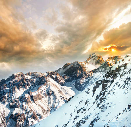 monta�as nevadas: Vista hacia el Pico del Komsomol en las Monta�as Nevadas de invierno de la monta�a al atardecer Kumbel en Almaty, Kazajst�n