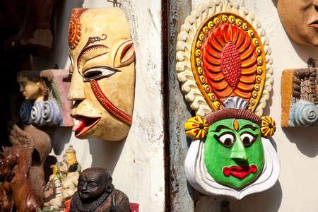 maschera tribale: Tribal maschera e volto ballerino Kathakali nel mercato Mattancherry a Kochi, Kerala, India Archivio Fotografico