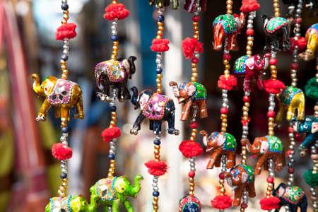 ganesh: Varios de los elefantes decorativos de madera en diferentes colores en el mercado Mattancherry en Kochi, Kerala, India