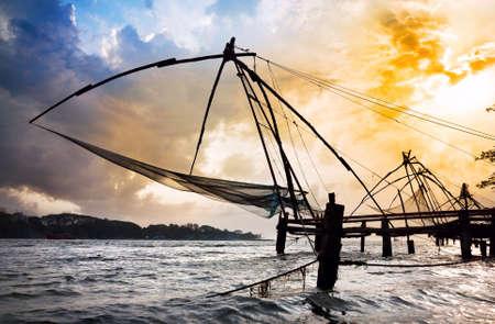 redes de pesca: Redes chinas de pesca en el fondo dramático cielo del atardecer en la isla de Vypeen en Kochi, Kerala, India Foto de archivo
