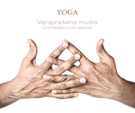 mano de dios: Las manos en vajrapradama mudra, gesto confianza inquebrantable por el hombre indio aislado en fondo blanco. Espacio libre para su texto