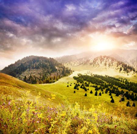 Valle en las montañas con cielo del atardecer en Kazajstán Foto de archivo