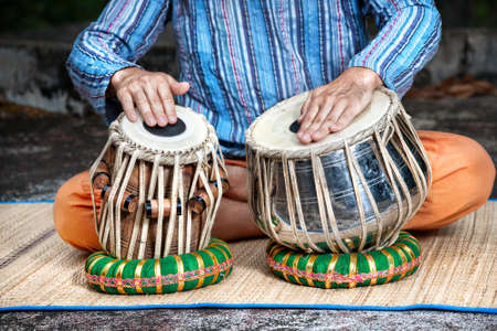 Homme jouant sur les traditionnelles percussions indiennes tabla pr�s photo
