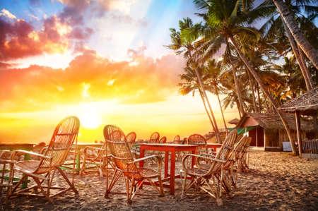 インドで夕日を背景に熱帯海岸線に海の美しい景色とカフェ