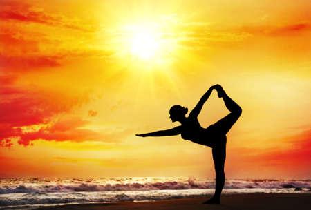 Yoga natarajasana Tänzerin von Frau Silhouette mit dramatischen Sonnenuntergang Himmel Hintergrund darstellen. Freier Raum für Text Standard-Bild - 15478650
