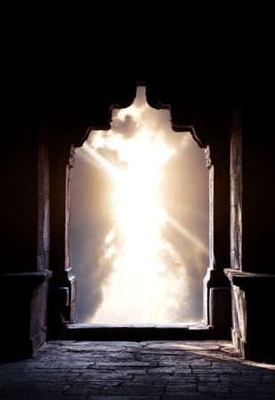arcos de piedra: Indian silueta arco en el templo antiguo en dram�tico fondo azul oscuro cielo del atardecer. Espacio libre para el texto